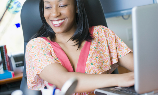 woman-smiling-computer