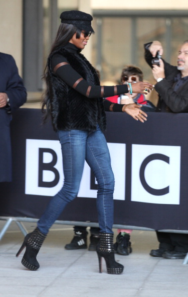 Naomi kept it cute and casual in skinny jeans and a black fur.