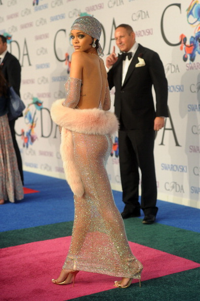 Rihanna Accepts Her Fashion Icon Award…Booty Out