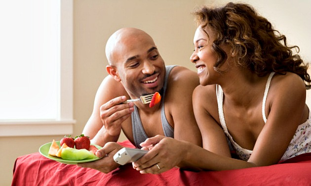 couple-eating-bed