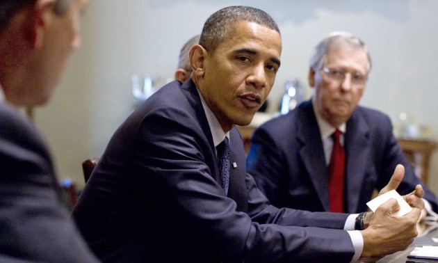 US President Barack Obama (C) meets with