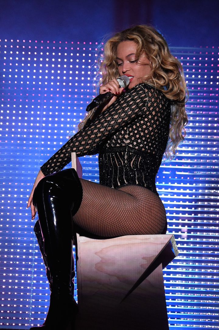 """She put her cake on full display during a sexy performance of """"Drunk In Love"""""""