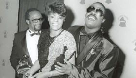 Stevie Wonder with Quincy Jones & Dionne Warwick at the Grammy Awards 2/86