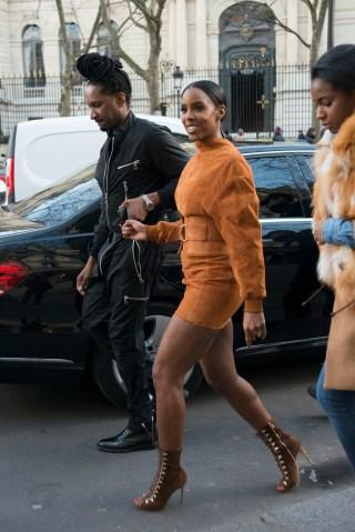 Street Style -Paris Fashion Week : Day Three Womenswear Fall Winter 2016/2017