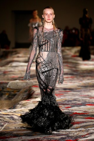 Alexander McQueen : Runway - Paris Fashion Week Womenswear Spring/Summer 2017
