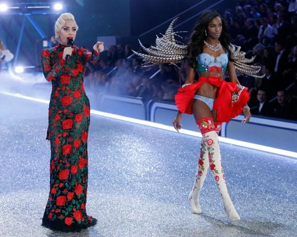 2016 Victoria's Secret Fashion Show in Paris - Show