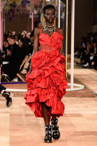 Alexander McQueen : Runway - Paris Fashion Week Womenswear Spring/Summer 2018