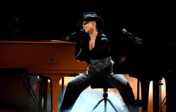 Alicia Keys Plays Two Pianos At One Time