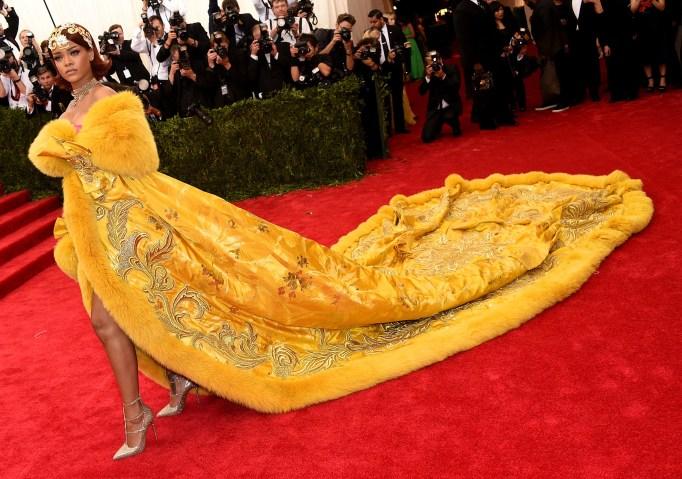 Rihanna arrives to the 2015 MET Gala