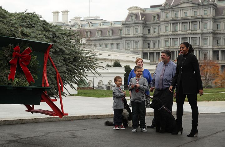 MICHELLE OBAMA RECEIVED THE WHITE HOUSE CHRISTMAS TREE, 2016