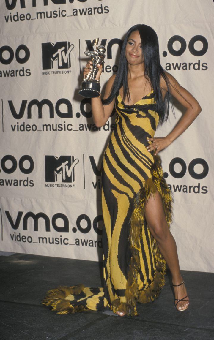 AALIYAH AT THE MTV VIDEO MUSIC AWARDS, 2000