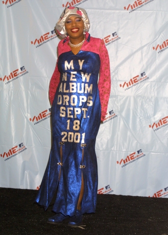 Macy Gray does self promotion backstage at the 2001 MTV Video Music Awards at Lincoln Center in NYC 9/6/01